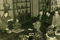 東京・日本民藝館での民藝館茶会 (1955年、写真右より3人目が柳宗悦